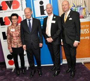 v.l.n.r Barbara Mansberg (LSVD), Olaf Scholz, Marc Grenz (Hein & Fiete), Björn Augsten (Startschuss)
